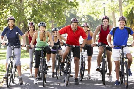 Groupe de cyclistes au depart